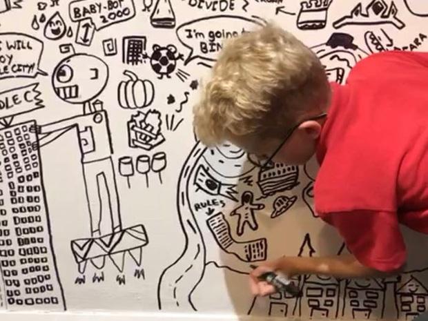 Cậu bé 10 tuổi chuyên vẽ bậy vào sách giáo khoa được nhà hàng có tiếng mời về trang trí cả một bức tường siêu to khổng lồ - Ảnh 2.