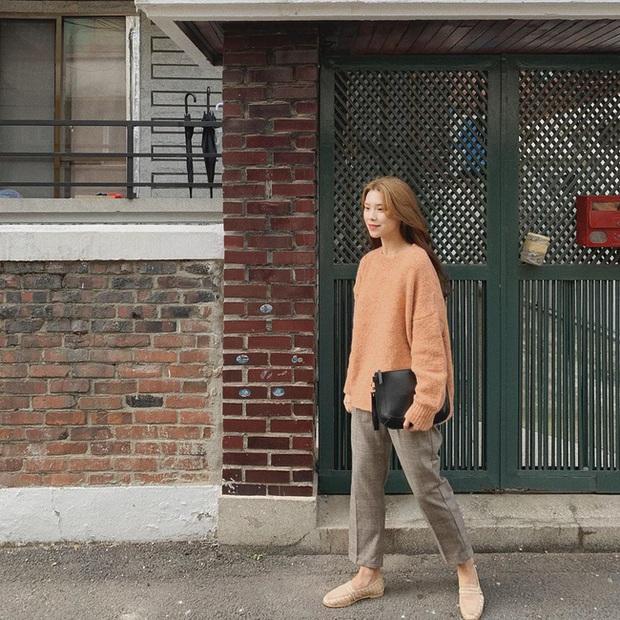 Ngắm street style châu Á tuần qua để găm loạt bí kíp diện áo len to sụ siêu xinh cho ngày trở rét - Ảnh 2.
