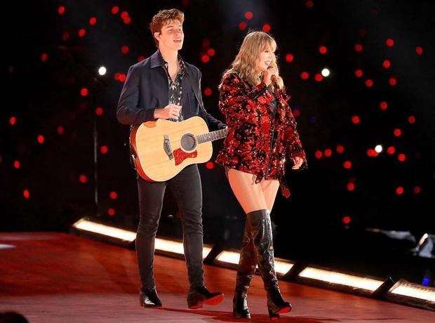 Đều có người thương hết cả rồi, ấy thế mà Taylor Swift và Shawn Mendes lại bất ngờ hát Lover cùng nhau ngọt ngào thế chứ lại! - Ảnh 1.