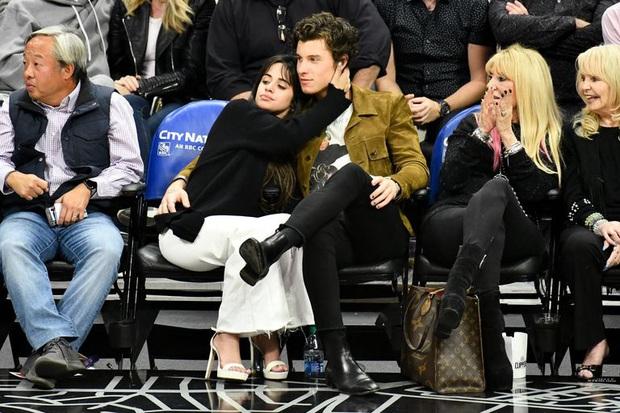 Bức hình gây bão mạng: Shawn Mendes - Camila hôn như vồ lấy nhau và đôi bạn già ngồi bên, nhìn mà tức á! - Ảnh 4.