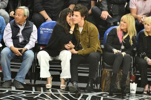 Bức hình gây bão mạng: Shawn Mendes - Camila hôn như vồ lấy nhau và đôi bạn già ngồi bên, nhìn mà tức á! - Ảnh 3.
