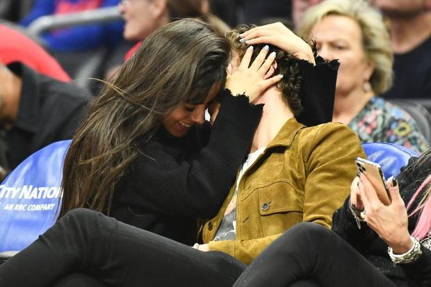 Bức hình gây bão mạng: Shawn Mendes - Camila hôn như vồ lấy nhau và đôi bạn già ngồi bên, nhìn mà tức á! - Ảnh 6.
