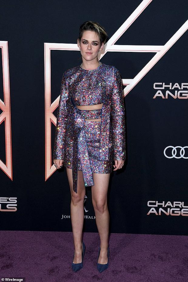 Thảm đỏ Thiên thần của Charlie: Kristen Stewart khoe chân dài mãn nhãn, bị mỹ nhân đàn em kém 6 tuổi lộng lẫy lấn át - Ảnh 1.