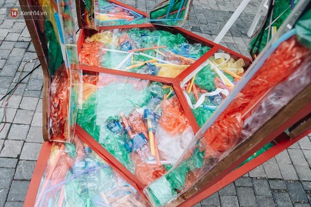 Khi rác thải nhựa biến thành những tác phẩm nghệ thuật ở Hà Nội: Chúng ta đang dần bị hóa nhựa như thế nào? - Ảnh 8.