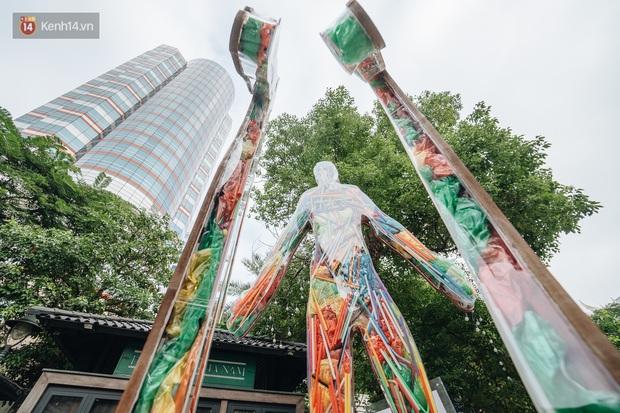Khi rác thải nhựa biến thành những tác phẩm nghệ thuật ở Hà Nội: Chúng ta đang dần bị hóa nhựa như thế nào? - Ảnh 7.