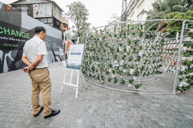 Khi rác thải nhựa biến thành những tác phẩm nghệ thuật ở Hà Nội: Chúng ta đang dần bị hóa nhựa như thế nào? - Ảnh 2.