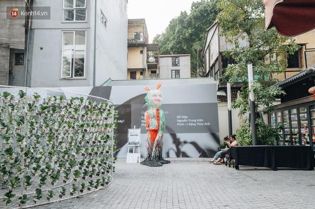 Khi rác thải nhựa biến thành những tác phẩm nghệ thuật ở Hà Nội: Chúng ta đang dần bị hóa nhựa như thế nào? - Ảnh 11.