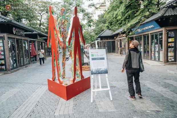 Khi rác thải nhựa biến thành những tác phẩm nghệ thuật ở Hà Nội: Chúng ta đang dần bị hóa nhựa như thế nào? - Ảnh 6.