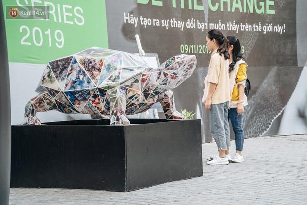 Khi rác thải nhựa biến thành những tác phẩm nghệ thuật ở Hà Nội: Chúng ta đang dần bị hóa nhựa như thế nào? - Ảnh 9.