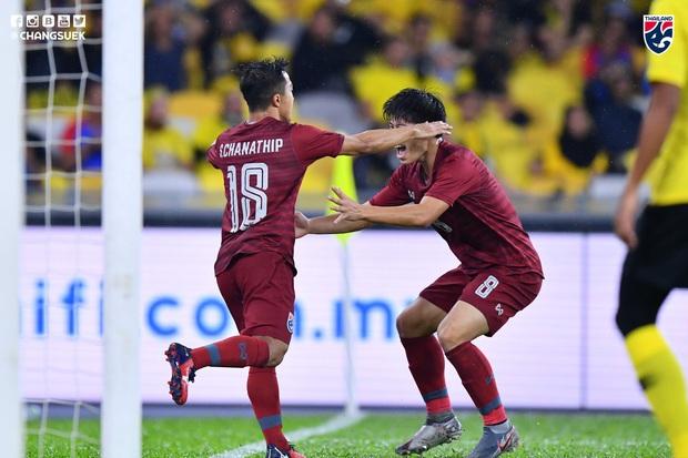 Malaysia ngược dòng thắng Thái Lan, giúp Việt Nam lên đầu bảng - Ảnh 1.