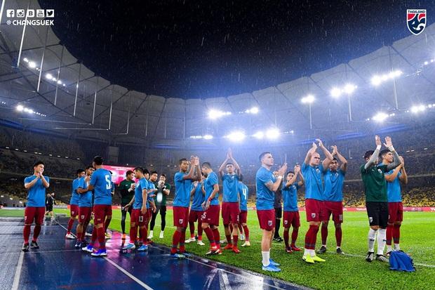 Malaysia ngược dòng thắng Thái Lan, giúp Việt Nam lên đầu bảng - Ảnh 8.