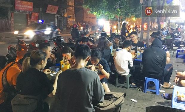 Ở một Hà Nội đất chật người đông, ai còn niềm tin rằng vẫn tồn tại quán phở 15k/bát mà còn ngập thịt bò, thịt gà thế này? - Ảnh 4.