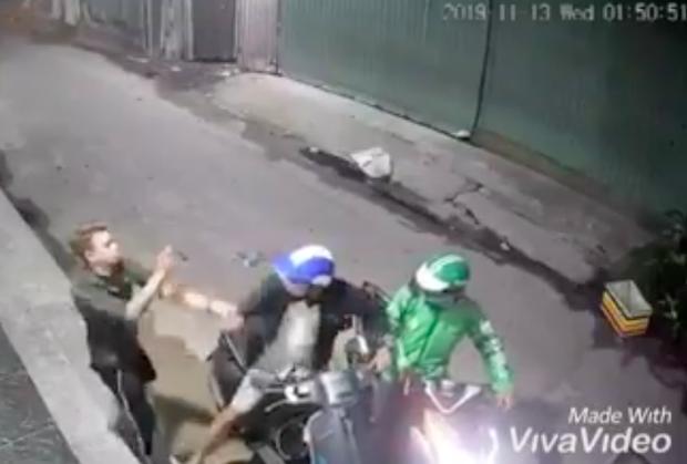 Clip táo tợn: Nam thanh niên bị xịt hơi cay, dí dao vào cổ cướp ĐTDĐ và xe máy Vespa ở Sài Gòn - Ảnh 1.