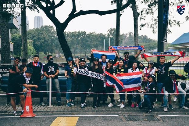 Malaysia ngược dòng thắng Thái Lan, giúp Việt Nam lên đầu bảng - Ảnh 9.
