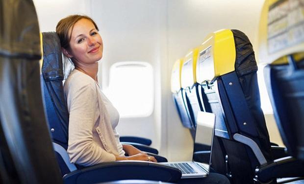 Nếu chẳng may phải ngồi ghế giữa trên máy bay thì đây là những mẹo sống sót cực kì hữu ích dành cho bạn - Ảnh 7.