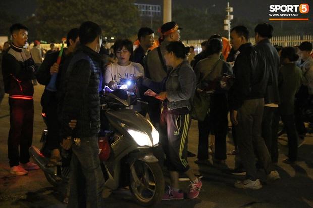 CĐV gặp khó khăn khi đến cổ vũ tuyển Việt Nam, các dịch vụ ngoài sân Mỹ Đình tăng giá đến mức phi lý - Ảnh 7.