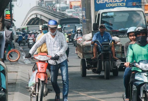 Chùm ảnh: Cửa ngõ sân bay Tân Sơn Nhất liên tục kẹt xe bất thường, ô tô dàn 2 hàng ép xe máy trên cầu vượt - Ảnh 9.