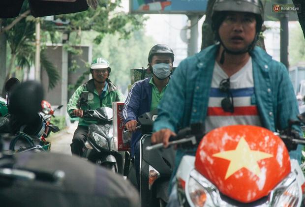 Chùm ảnh: Cửa ngõ sân bay Tân Sơn Nhất liên tục kẹt xe bất thường, ô tô dàn 2 hàng ép xe máy trên cầu vượt - Ảnh 14.