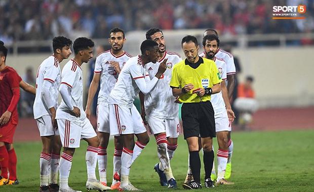 Info trọng tài cực đẹp trai đến từ Nhật Bản, người thẳng tay rút thẻ đỏ cho cầu thủ UAE sau pha phạm lỗi xấu xí - Ảnh 2.