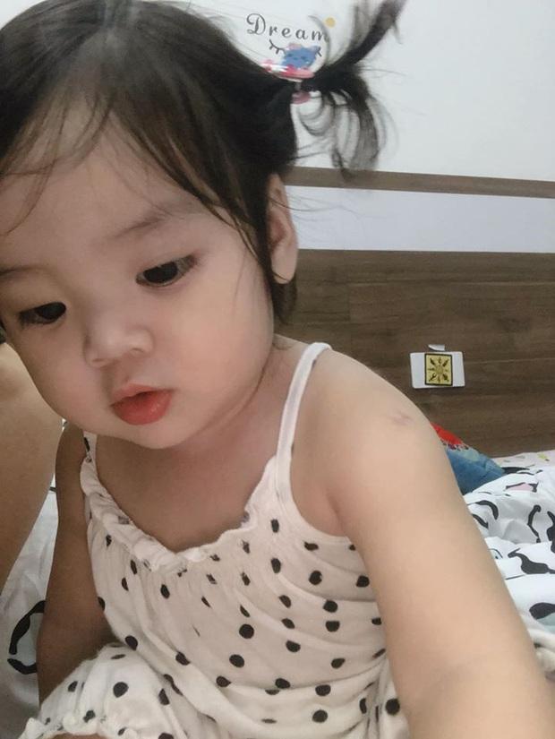Công chúa nhà Hoài Lâm gây sốt với ảnh đời thường cực yêu, mắt tròn tựa thiên thần nhí dưới góc máy của mẹ - Ảnh 1.