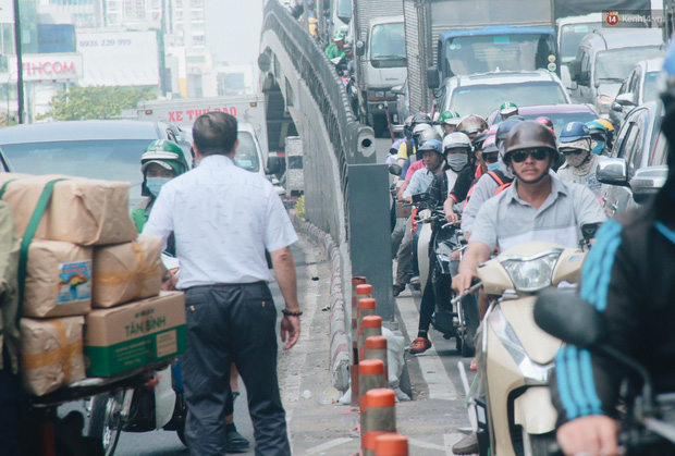 Chùm ảnh: Cửa ngõ sân bay Tân Sơn Nhất liên tục kẹt xe bất thường, ô tô dàn 2 hàng ép xe máy trên cầu vượt - Ảnh 3.