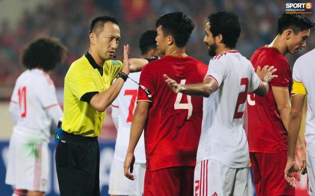 Info trọng tài cực đẹp trai đến từ Nhật Bản, người thẳng tay rút thẻ đỏ cho cầu thủ UAE sau pha phạm lỗi xấu xí - Ảnh 3.
