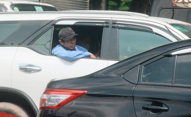 Chùm ảnh: Cửa ngõ sân bay Tân Sơn Nhất liên tục kẹt xe bất thường, ô tô dàn 2 hàng ép xe máy trên cầu vượt - Ảnh 8.