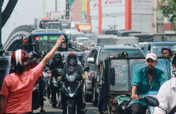 Chùm ảnh: Cửa ngõ sân bay Tân Sơn Nhất liên tục kẹt xe bất thường, ô tô dàn 2 hàng ép xe máy trên cầu vượt - Ảnh 6.