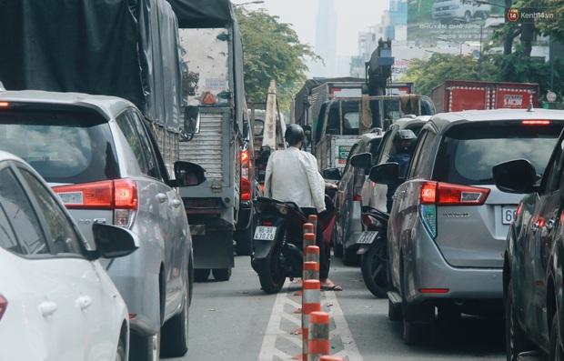 Chùm ảnh: Cửa ngõ sân bay Tân Sơn Nhất liên tục kẹt xe bất thường, ô tô dàn 2 hàng ép xe máy trên cầu vượt - Ảnh 5.