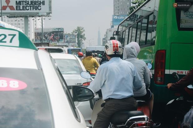 Chùm ảnh: Cửa ngõ sân bay Tân Sơn Nhất liên tục kẹt xe bất thường, ô tô dàn 2 hàng ép xe máy trên cầu vượt - Ảnh 4.