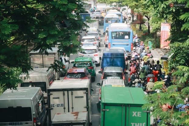 Chùm ảnh: Cửa ngõ sân bay Tân Sơn Nhất liên tục kẹt xe bất thường, ô tô dàn 2 hàng ép xe máy trên cầu vượt - Ảnh 12.