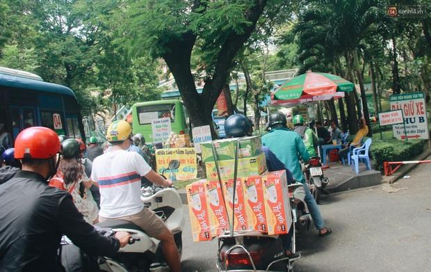 Chùm ảnh: Cửa ngõ sân bay Tân Sơn Nhất liên tục kẹt xe bất thường, ô tô dàn 2 hàng ép xe máy trên cầu vượt - Ảnh 13.