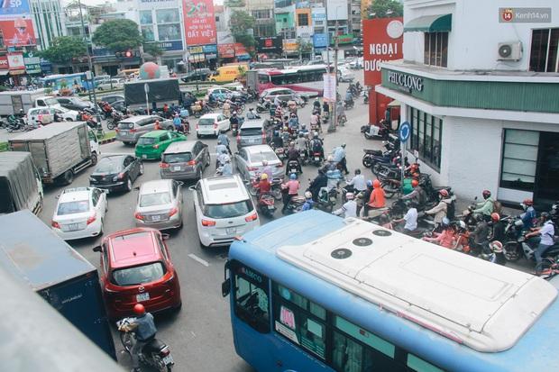 Chùm ảnh: Cửa ngõ sân bay Tân Sơn Nhất liên tục kẹt xe bất thường, ô tô dàn 2 hàng ép xe máy trên cầu vượt - Ảnh 10.