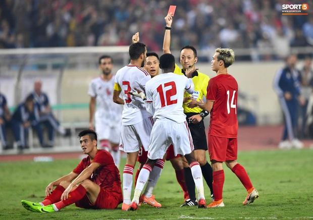 Info trọng tài cực đẹp trai đến từ Nhật Bản, người thẳng tay rút thẻ đỏ cho cầu thủ UAE sau pha phạm lỗi xấu xí - Ảnh 1.