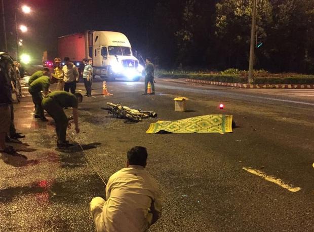 Vượt đèn đỏ, nam sinh viên bị container tông tử vong - Ảnh 2.