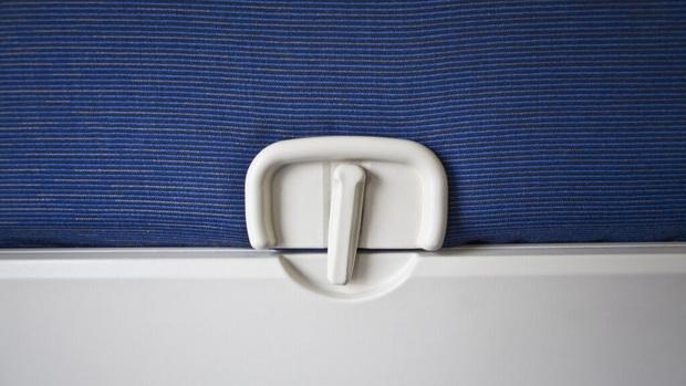 Nếu chẳng may phải ngồi ghế giữa trên máy bay thì đây là những mẹo sống sót cực kì hữu ích dành cho bạn - Ảnh 1.