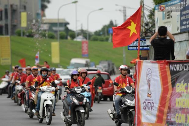 Nhiều giờ trước khi trận đấu giữa Việt Nam và UAE diễn ra, CĐV đã nhuộm đỏ các tuyến đường tiếp lửa cho đội tuyển nước nhà  - Ảnh 4.