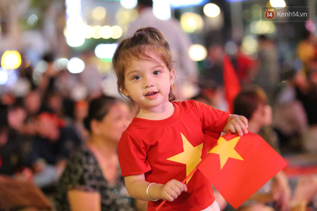 Hàng triệu CĐV vỡ òa trong niềm vui chiến thắng, đội tuyển Việt Nam vươn lên dẫn đầu bảng đấu - Ảnh 1.