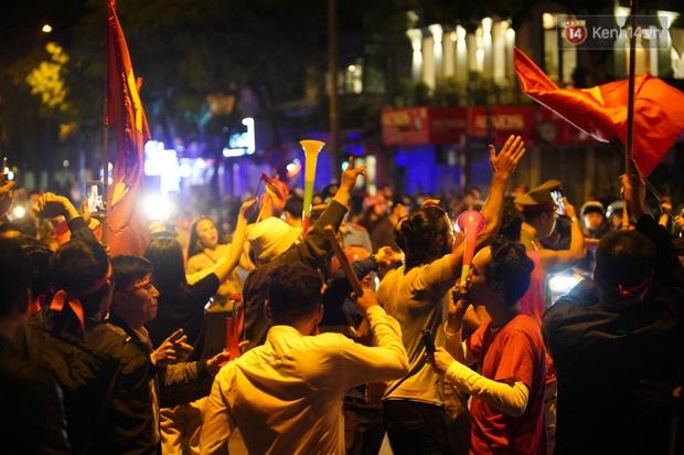Hàng nghìn CĐV Hà Nội đổ ra đường ăn mừng chiến thắng của ĐT Việt Nam, mọi ngả đường đều hướng về trung tâm - Ảnh 1.