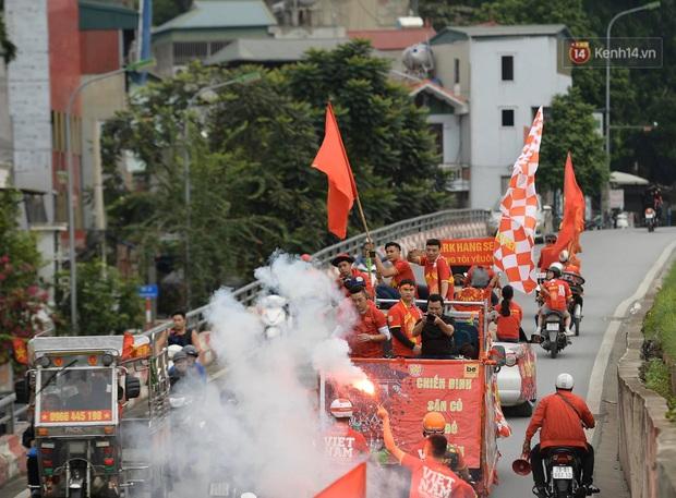 Nhiều giờ trước khi trận đấu giữa Việt Nam và UAE diễn ra, CĐV đã nhuộm đỏ các tuyến đường tiếp lửa cho đội tuyển nước nhà  - Ảnh 1.