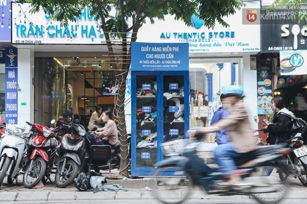 Những tủ quần áo thừa cho đi, thiếu nhận lại sưởi ấm người lao động nghèo Hà Nội trong mùa đông giá rét - Ảnh 1.