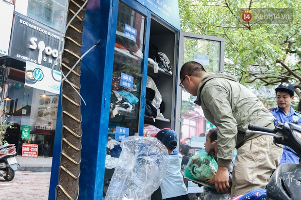 Những tủ quần áo thừa cho đi, thiếu nhận lại sưởi ấm người lao động nghèo Hà Nội trong mùa đông giá rét - Ảnh 10.