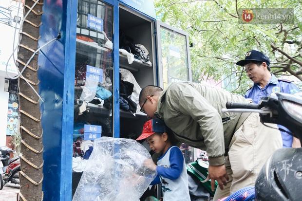 Những tủ quần áo thừa cho đi, thiếu nhận lại sưởi ấm người lao động nghèo Hà Nội trong mùa đông giá rét - Ảnh 11.
