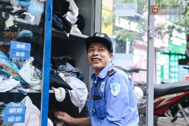 Những tủ quần áo thừa cho đi, thiếu nhận lại sưởi ấm người lao động nghèo Hà Nội trong mùa đông giá rét - Ảnh 12.