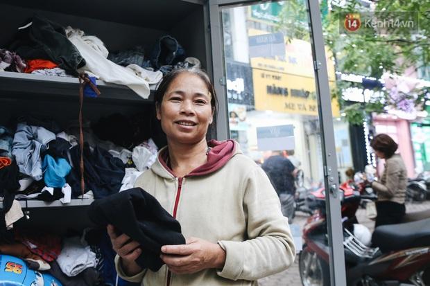 Những tủ quần áo thừa cho đi, thiếu nhận lại sưởi ấm người lao động nghèo Hà Nội trong mùa đông giá rét - Ảnh 13.