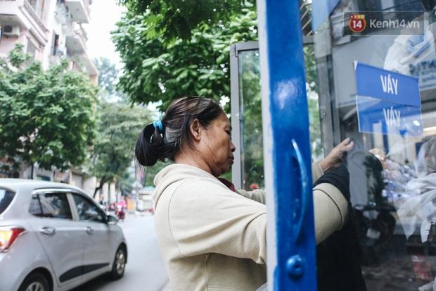 Những tủ quần áo thừa cho đi, thiếu nhận lại sưởi ấm người lao động nghèo Hà Nội trong mùa đông giá rét - Ảnh 14.