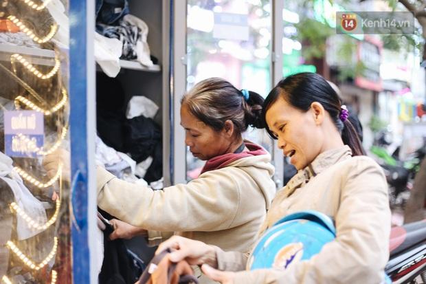 Những tủ quần áo thừa cho đi, thiếu nhận lại sưởi ấm người lao động nghèo Hà Nội trong mùa đông giá rét - Ảnh 15.