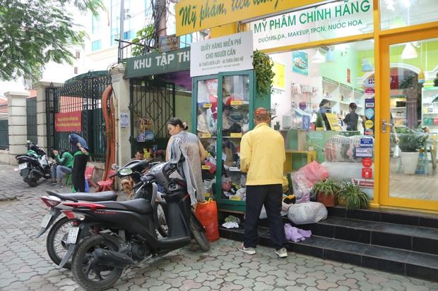 Những tủ quần áo thừa cho đi, thiếu nhận lại sưởi ấm người lao động nghèo Hà Nội trong mùa đông giá rét - Ảnh 16.