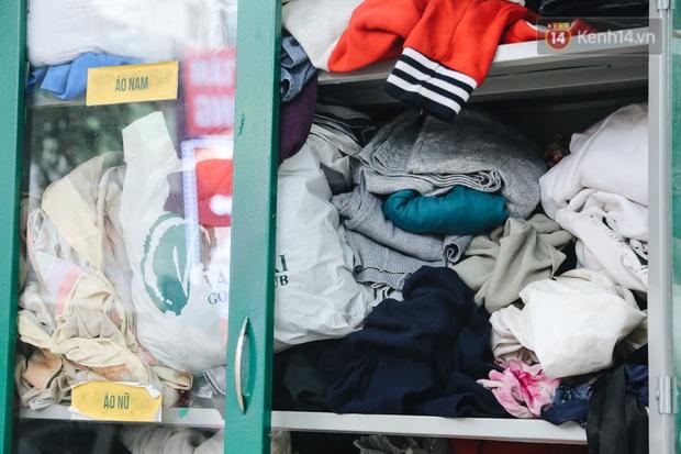 Những tủ quần áo thừa cho đi, thiếu nhận lại sưởi ấm người lao động nghèo Hà Nội trong mùa đông giá rét - Ảnh 4.
