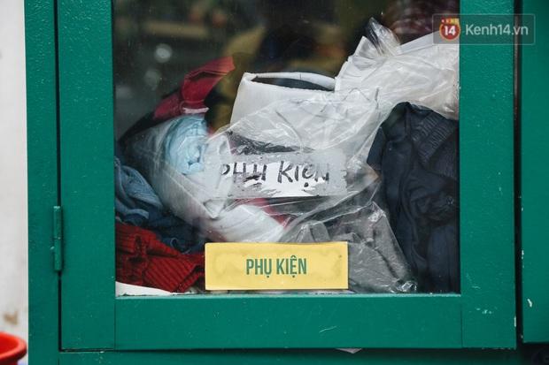 Những tủ quần áo thừa cho đi, thiếu nhận lại sưởi ấm người lao động nghèo Hà Nội trong mùa đông giá rét - Ảnh 5.
